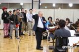 オーケストラの指揮に挑戦する加藤一二三九段