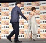 なぜか手をつないで退場した(左から)佐藤二朗、西川史子 (C)ORICON NewS inc.