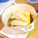 魚料理はココットで焼き上げ、旨味がを凝縮! (C)oricon ME inc.