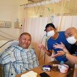 入院中の安田大サーカス・HIRO(左)と団長安田、クロちゃん(写真は団長のインスタグラムより)