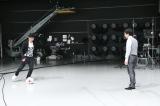 スタジオでサッカーを楽しむ大杉漣(左)と勝村政信(右)(C)テレビ東京
