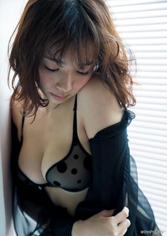 黒がお似合いの岡田紗佳