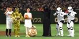 (左から)日本ハム・矢野謙次外野手、C-3PO、永宝千晶、BB-8、カイロ・レン、ストームトルーパー (C)ORICON NewS