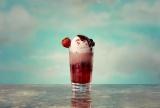 フルーツソーダに濃厚なアイスを乗せた『ハーゲンダッツ ミックスベリーフロート』