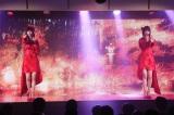 総選挙で話題となった荻野由佳(左)は柏木由紀とのユニット曲「残酷な雨」を披露(C)AKS