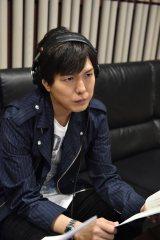 長瀬智也主演のTBS系日曜劇場『ごめん、愛してる』(7月9日スタート、毎週日曜 後9:00)第1話に副音声で出演する神谷浩史 (C)TBS
