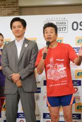 大阪マラソンでフルマラソンに復帰する間寛平と吉村洋文大阪市長