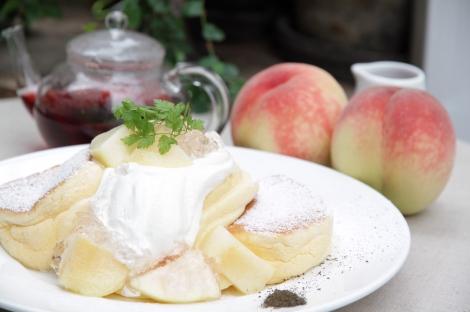 女子が好きなものを詰め込んだ限定メニュー『国産白桃のローズヒップピーチパンケーキ』
