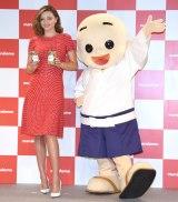 (左から)ミランダ・カー、マルコメ君 (C)ORICON NewS inc.