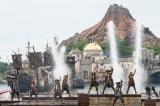 決闘やダンスなど海賊たちが繰り広げるショーは見どころ満載。(C)Disney
