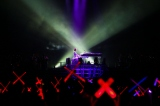 YOSHIKI渾身の演奏にファンもペンライトでXを作って応援