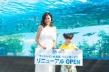 池袋のサンシャイン水族館『マリンガーデン』のリニューアルオープニングセレモニーに出席した(左から)小島瑠璃子、新井美羽