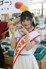 沖縄マンゴー大使として沖縄マンゴーをアピールするSKE48小畑優奈