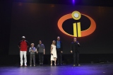 ディズニー/ピクサー『Mr.インクレディブル2(仮題)』(2018年6月15日全米公開)パー一家のキャストとMr.インクレディブルの友人フロゾン役のサミュエル・L・ジャクソン(左端)の5人が揃ったのは今回が初めてだったとか…=『D23 Expo 2017』(C)Disney/Pixar.All rights reserved.