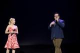 ディズニー短編『Olaf's Frozen Adventure』、長編『FROZEN 2』のプレゼンテーションに参加したアナの声優クリスティン・ベルとオラフの声優ジョシュ・ギャッド=『D23 Expo 2017』(C)Disney.All rights reserved.
