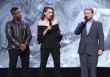 (左から)ジョン・ボイエガ、デイジー・リドリー、ライアン・ジョンソン監督=ディズニーの公式ファンクラブイベント『D23』で映画『スター・ウォーズ/最後のジェダイ』をプレゼンテーションに登場(C)2017 Getty Images