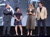 (左から)ライアン・ジョンソン監督、ケリー・マリー・トラン、ローラ・ダーン、ベニチオ・デル・トロ=ディズニーの公式ファンクラブイベント『D23』で映画『スター・ウォーズ/最後のジェダイ』をプレゼンテーションに登場(C)2017 Getty Images
