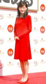鮮やかな赤のドレスで登場した綾瀬はるか=『第64回NHK紅白歌合戦』司会者発表会見 (C)ORICON NewS inc.