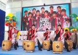 『お台場みんなの夢大陸2017』の制作発表会で太鼓を披露したオマツリ男アナ10人衆(C)ORICON NewS inc.
