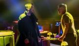 映画『ブレードランナー 2049』より。ハリソン・フォード(右)とライアン・ゴズリング、新旧ブレードランナーは追う立場から追われる立場に