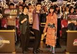 ユニバーサル・スタジオ・ジャパンにサプライズで登場した(左から)神木隆之介、山崎賢人、小松菜奈