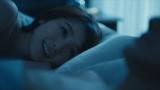 ベッドに横たわりながら横で眠る男性に微笑む杏里(C)エイベックス通信放送/フジテレビジョン