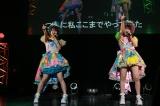 「ここで一発」を披露した(左から)高柳明音、水野愛理=東京・夜公演(C)AKS