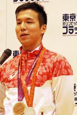 マイクを支える国分に恐縮しつつ挨拶する小山恭輔選手