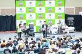 NESTA RESORT KOBEの特設ステージで計4曲を熱唱する木島ユタカ(中央)