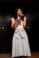 自身がプロデュースした『レッツゴー研究生!』公演であいさつするAKB48の村山彩希 (C)AKS