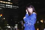 オープニング曲「サタデー・ナイト・クエスチョン」を歌う中島愛