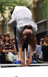 立位体前屈に挑戦した加藤綾子アナウンサー=『MARUNOUCHI SPORTS FES 2017』のオープニングセレモニー (C)ORICON NewS inc.