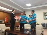 内堀雅雄福島県知事(左)を表敬訪問した間寛平(中央)と村上ショージ