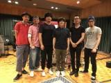 ハタリズムデビュー曲には一流ミュージシャンも参加(左から)皆川真人、久保田光太郎、秦基博、バカリズム、鈴木正人、玉田豊夢