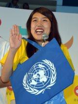 北海道・札幌で開催中のイベント『みんわらウィーク』で国連グッズをもらい喜ぶ横澤夏子 (C)ORICON NewS inc.