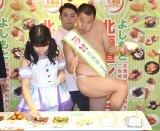 裸に見えるポーズをしながら試食をするとにかく明るい安村=『よしもと北海道シュフラン2017試食選考会』 (C)ORICON NewS inc.