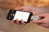 iOS搭載デバイスのLightningコネクタに差し込むだけで3D録音ができるポータブルマイク「Lolly(ロリー)」。専用アプリもBluetoothの設定も充電も不要の手軽さが特徴