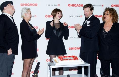 キャストからの誕生日祝いに感激する米倉涼子/ブロードウェイミュージカル『CHICAGOシカゴ』20周年記念ジャパンツアー(東京・東急シアターオーブにて8月13日まで)/PH:白石文丈