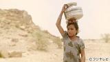 気温が50度を超える砂漠で10キロの道のりを歩き水汲みする少女 (C)フジテレビ