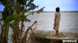 海面上昇などのため沈みゆく島「ゴラマラ島」 海岸から沈んでしまった地面を見つめる島の少女 (C)フジテレビ