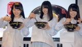 矢野先生(右)の指導で30回汁なし担々麺を混ぜる (C)ORICON NewS inc.