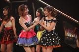 元チームメイトのAKB48柏木由紀とHKT48指原莉乃が劇場公演で共演(C)AKS
