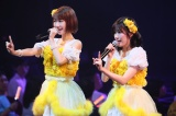 HKT48ひまわり組&AKB48チームBが合同公演に出演した渡辺麻友(右)と柏木由紀(C)AKS