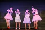 メンバーの手ほどきでアイドル体験する小学生たち(C)AKS