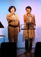 下北沢のCom.Cafe 音倉でライブを行った(左から)麻倉未稀、庄野真代