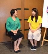 根本かおる国際連合広報センター所長(左)と対談する横澤夏子 (C)ORICON NewS inc.