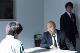 不動産屋夫婦殺害事件の容疑者を取り調べるベテラン刑事・鳴海健児役には高橋克実(C)テレビ東京