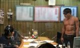 『オードリーのオールナイトニッポン』生放送中のオードリー・若林正恭(左)と春日俊彰(右)、構成作家の奥田泰氏(中央)