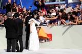 『第74回ベネチア国際映画祭』に参加し、サインに応える広瀬すず