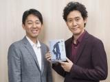 『騙し絵牙』作者:塩田武士氏(左)×主人公のモデル・大泉洋
